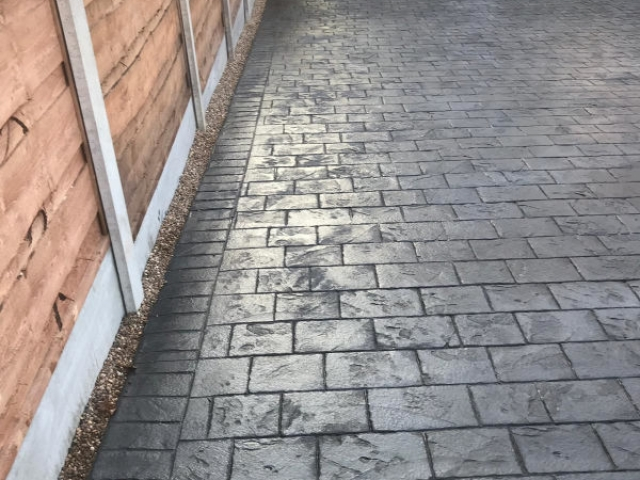 New London Cobble Pattern Imprinted Concrete Driveway in